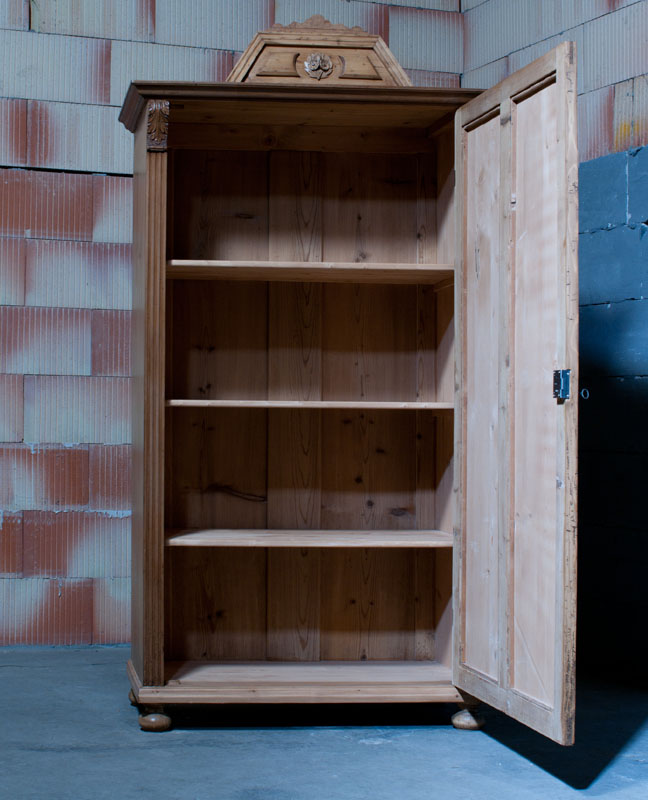 dekorativer dielenschrank kleiderschrank mit aufsatz barock natur restauriert schrank 9. Black Bedroom Furniture Sets. Home Design Ideas